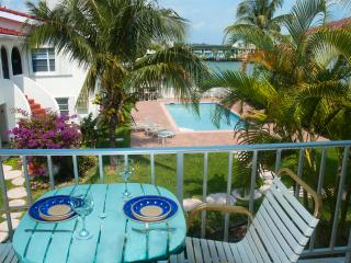 Lovely One-bed waterfront Condo near Beach & shops