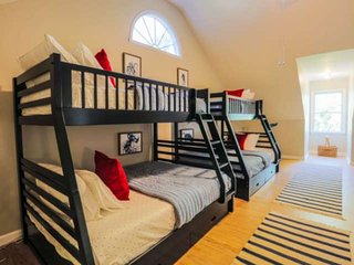 Great for Families: Huge Kids Room & Dog Friendly! 7 Min Walk to Beach! Quick Ac