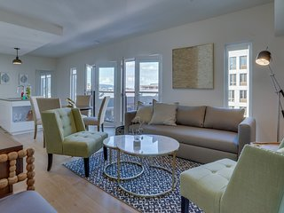 Sunny condo w/ shared grills - walk to restaurants, shops, parks & more!