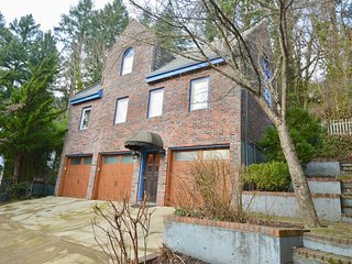 Castle like home in SW PDX, minutes to downtown!