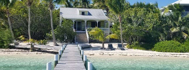 Green Bananas cottage, Beachfront with dock, sea turtles, and sea breezes
