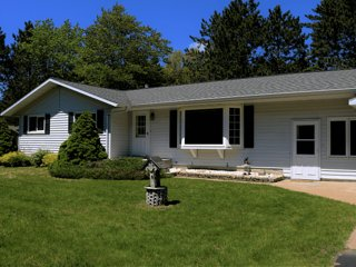 Greenwood Getaway (Escanaba, MI): Open year-round! Near downtown Escanaba, pet-f