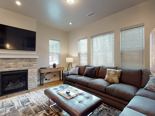 New townhome close to downtown with modern furnishings & free WiFi!