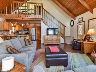 Cabin in the Pines! Walk to the lake, Dog Friendly, kids treehouse, Near Flagsta
