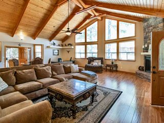 Cozy Cabin in the Pines 2 story Retreat! Near Flagstaff, Volleyball court, beaut