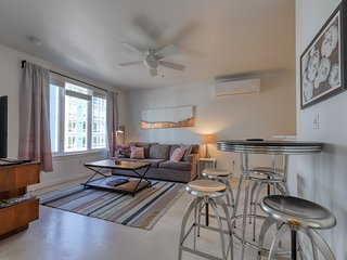 Well-appointed and dog-friendly Eastside retreat - walk to restaurants!
