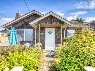 Dog-friendly bungalow with close beach access, room for 6!