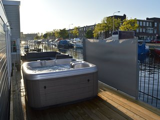 Beautiful houseboat terrace,jacuzzi,private parking bicycles 4 km from the beach