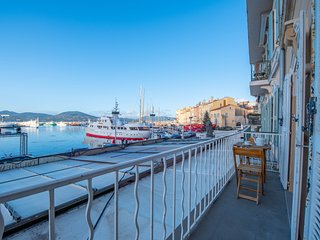 Lovely apartment on the water with port views, balcony & free WiFi - dogs OK!