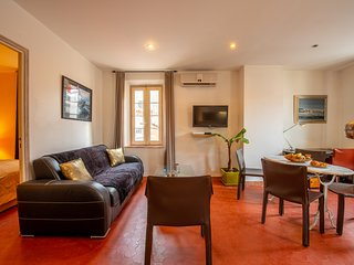 Comfortable apartment in the heart of town - steps to harbor & citadel!
